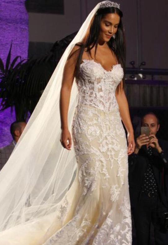 f17bdaf17207 ... Paola Di Benedetto indossa un sexy abito da sposa in pizzo a pochi  giorni dal suo addio a Francesco Monte. Di nuovo single l ex naufraga non  rinuncia al ...